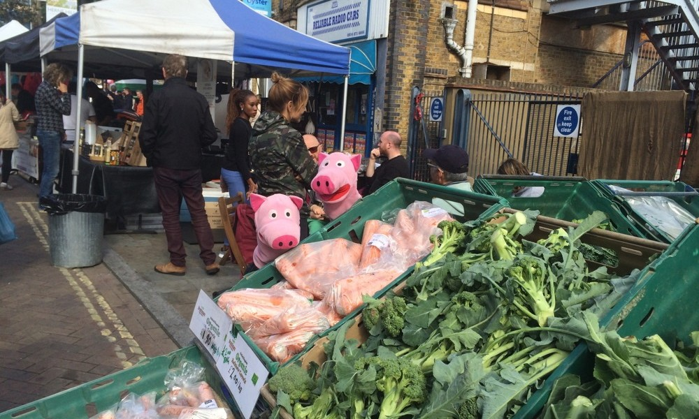 Morgens geht es auf den Herne Hill Market, um Wurzelgemüse zu erwerben.